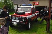 Hasiči v Bratkovicích dostali nové terénní auto.