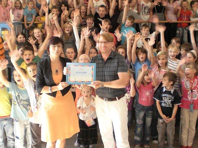Cenu a diplom za úspěch v souteži Nejlepší česká škola převzala ředitelka Základní školy 28. října v Příbrami Iva Palánová
