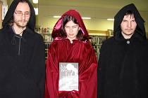 Studenti Martin Strnad, Zuzana Frantová a Tomáš Heřman se svou knihou horrorových povídek.