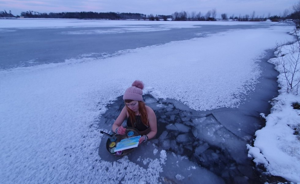 Luisa Püschelová tráví v ledové vodě každý den a i maluje v ní.