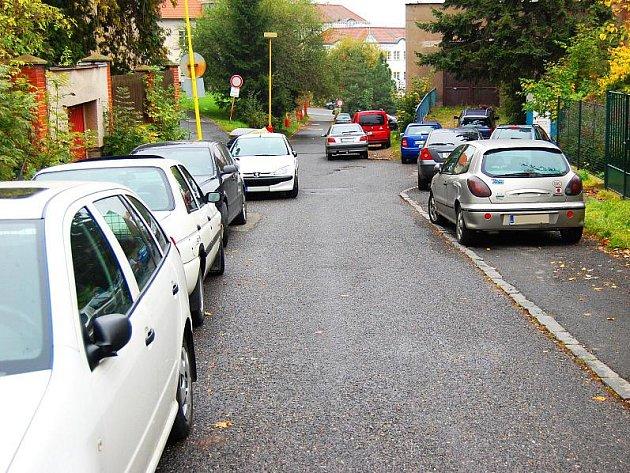 Kvůli nedostatku parkovacích míst se řidiči často uchylují k porušování pravidel silničního provozu. Mezi riskantní způsoby parkování patří stání na chodníku nebo přechodu, či bránění průjezdu
