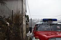 Matka s třemi syny se v době vzniku požáru nacházela v druhém patře. Při nahlašování události uvedla, že došlo k požáru s údajným výbuchem v kotelně v přízemí, oheň se šíří na schodiště a brání jim v opuštění hořícího domu.  Operační důstojník na místo ih