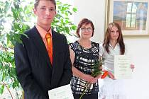 Zlata Koukolíčková, ředitelka Agrární komory Příbram předala ceny Markétě Becherové a Stanislavu Branžovskému na zámku v Březnici.