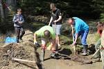 Keškaři pomohli postavit tůně pro obojživelníky v Chráněné krajinné oblasti Brdy.