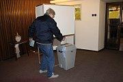 Stará Huť - Kolem čtvrté hodiny v pátek odpoledne byli ve volebních místnostech především senioři, mladší lidé zatím moc k vidění nebyli. K volbám zatím přišlo podle místa bydliště kolem 15 až 20 procent obyvatel.