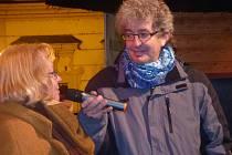 ŘEDITELKA  Blanka Tauberová přibližuje na Staroměstském náměstí, jak začala v roce 2007 série rekordů v rámci Dne pro dětskou knihu. Miroslav Marek návštěvníkům knihovnu představil jako Knihovnu roku, která zvítězila letos napříč všemi kategoriemi.