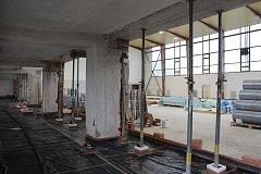 Původní termín dokončení měl být do konce září, ale blíží se konec října a v hale se stále pracuje.