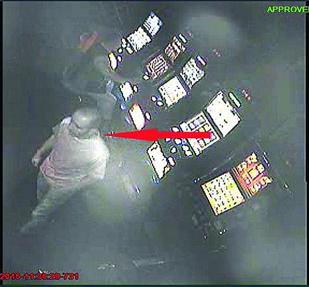 FOTOGRAFIE pořízená z kamerového záznamu v herně na Mírovém náměstí v Dobříši.