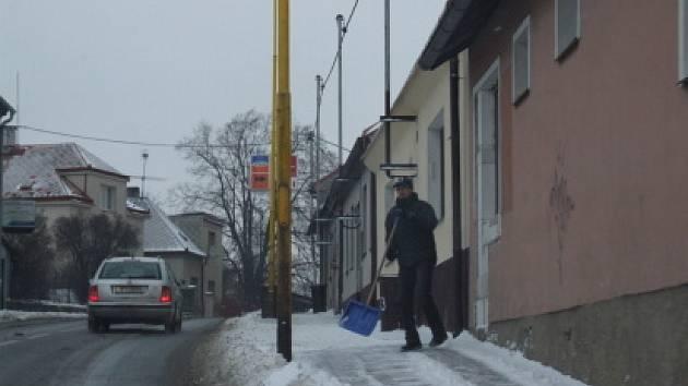 Na Příbramsku v noci na pondělí opět sněžilo, situaci na silnicích zkomplikoval silný vítr. Utvořily se závěje a sněhové jazyky.
