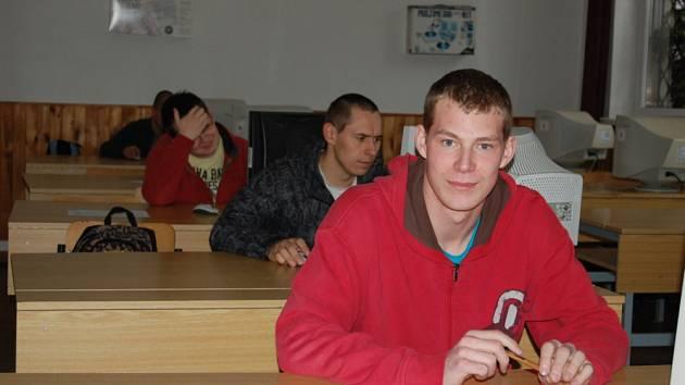 Maturanti v učebně.