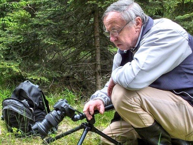 Jindřich Kohout při fotografování hub.