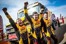 Martin Macík a celý tým Big Shock! Racing se raduje ze čtvrtého místa na Dakaru 2021.
