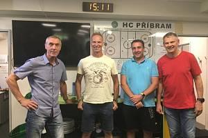 Generální manažer HC Příbram Miroslav Bláha (třetí zleva). Na fotografii spolu s hlavním trenérem HC Příbram Janem Tlačilem (vlevo), asistentem trenéra Pavlem Markem (vpravo) a Dominikem Haškem.