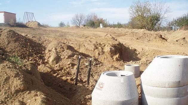 Rozkopaná Kosova Hora při výstavbě kanalizace