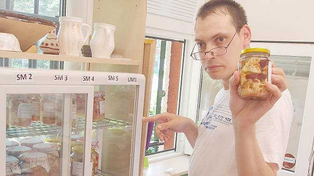Klienti Alky prodávají v kiosku své výrobky.