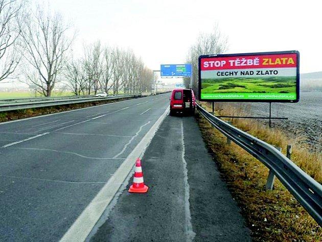 Na hrozbu těžby zlata upozorňují billboardy u Prahy.