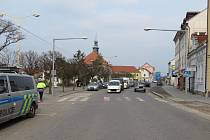 Policie hledá svědky střetu auta s chodcem na Mírovém náměstí v Dobříši.
