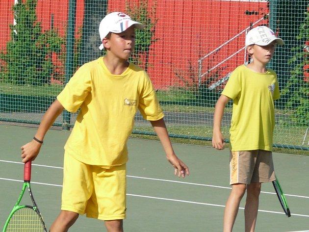 """MLADÍ tenisté se těší, až se z krytých hal opět přestěhují """"pod širák""""."""