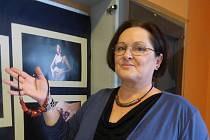 Originální keramické šperky vystavuje v sedlčanské knihovně až do 6. prosince Šárka Krámská.