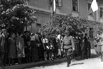 Kapitulační akt před Američany v Kamýku n. Vl. podepsal dne 9. 5. 1945 velitel SS-Truppenübungsplatz Böhmen na Benešovsku a Sedlčansku SS-Brigadeführer generálmajor Alfred Karrasch (na snímku v popředí).