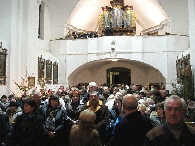 Na Štědrý den se kostel Povýšení svatého Kříže ve Starém Rožmitále opět naplnil lidmi, kteří si přišli poslechnout Českou mši vánoční