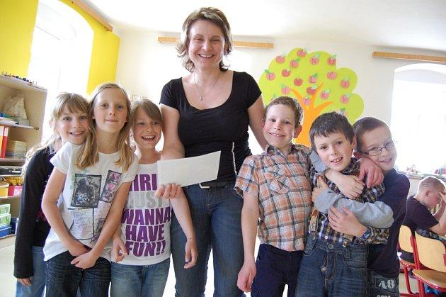 Ředitelka pičínské školy Vladimíra Krejzová s dětmi při hodině angličtiny.