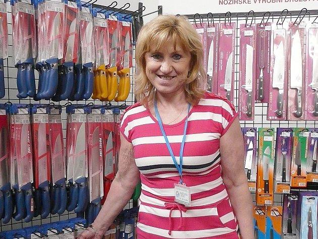 POPRVÉ nabízelo na výstavě v Lysé výrobky také KDS Sedlčany. Marie Všetečková byla s tržbami spokojena.