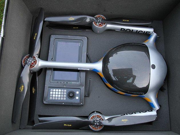 Dron byl pro snadnou přepravu a manipulaci navržen jako skládací, vejde se do kufru běžného auta.