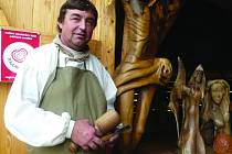 Řezbář Václav Křížek může používat prestižní logo Toulava. Jeho sochy jsou různorodé. Upozornil nás, že v Křepenicích bude od 5. prosince betlém, který pro obec vyřezal.