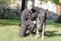 Kynolog Václav Svoboda se svým psem Argem u Veterána.