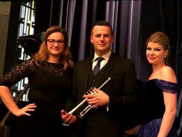 Klavíristka Ludmila Juránková, sopranistka Karolína Žmolíková a hráč na trubku Jan Pohořalý vystoupí v sobotu 9. prosince na březnickém zámku.