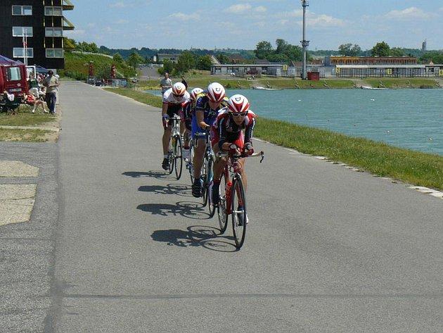 Cyklisté jeli v okoli račického veslařského kanálu.