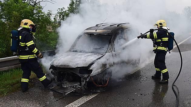 Ve středu v ranních hodinách vyjížděly jednotky požární ochrany na Příbramsku ke dvěma požárům osobních automobilů – obě události dělily asi čtyři hodiny a osm kilometrů.
