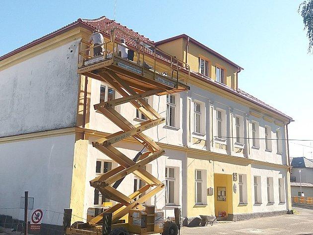 OPRAVA historické školní budovy ve Hvožďanech se uskutečnila o prázdninách. Žáci už se učí pod novou střechou.