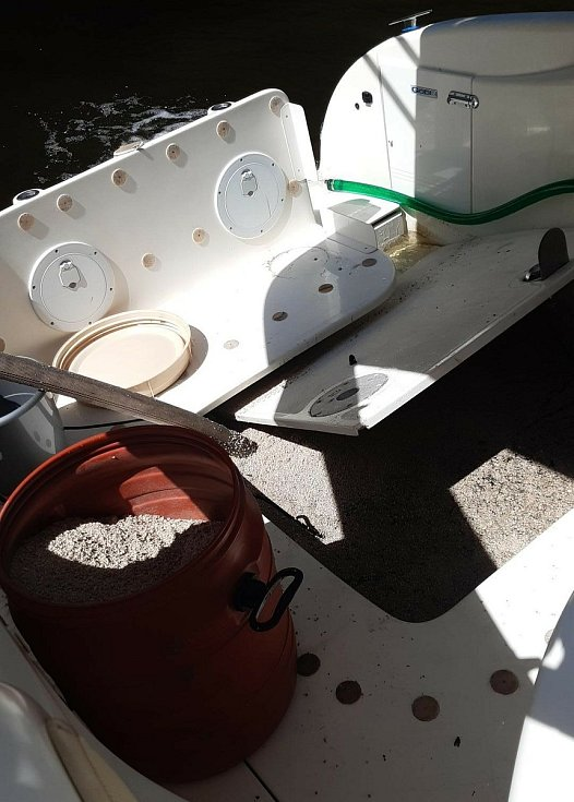 Čtyři jednotky hasičů zasahovaly u potopené lodi na Slapech.