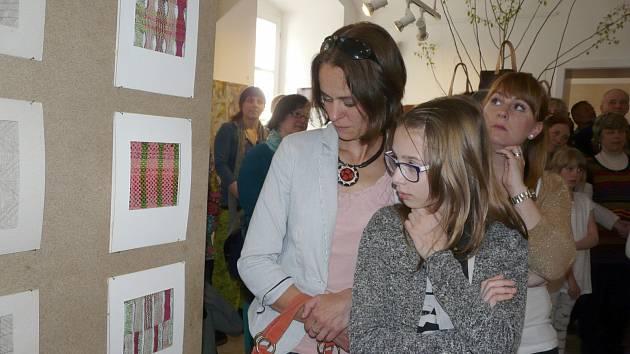 PRVNÍ návštěvníci si výstavu prohlédli v pátek 30. dubna, další budou mít příležitost se seznámit s textilní tvorbou Diany Pinkasové až do 12. června.