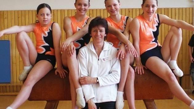 Zleva: B. Buriánová, D. Beerová, J. Mudrová, J. Novotná a V. Pohludková.