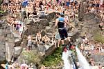 Otevřené mistrovství České republiky v cliffdivingu vzhledem k horkému a slunečnímu počasí přilákalo tisíce diváků.