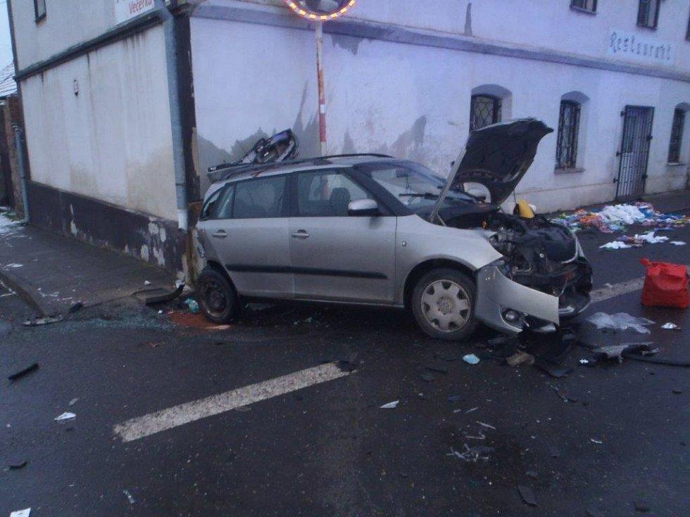 Nehoda tří vozidel v obci Šlapanice na Kladensku.