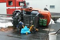 Převržený vyskozdvižný vozík těžce zranil muže v obci Dubno.