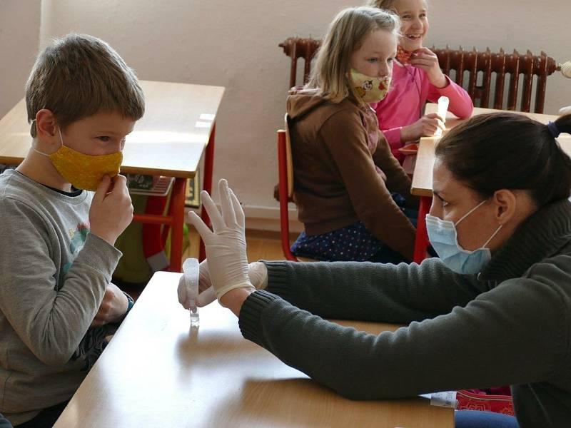 Na základní škole Propojení v Sedlčanech začali zkušební testování žáků prvních a druhých ročníků na covid - 19. Archivní foto z února 2021.