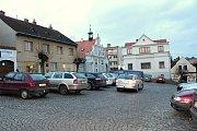 V návrhu řešení, které zatím mohou občané města připomínkovat a které lze najít i na webových stránkách města, zůstanou dvě možnosti parkování na náměstí.