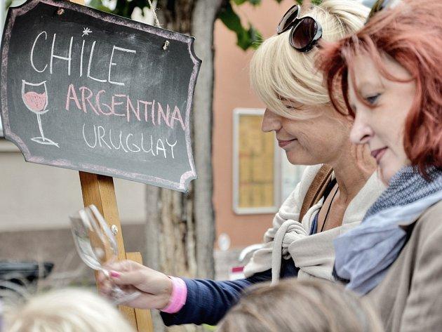 Lidé v Dobříši ochutnali vína z dvaceti zemí světa.
