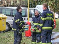 Profesionální hasiči v Příbrami v úterý museli mnohokrát vyjíždět kvůli popadaným stromům nebo také ke stržené střeše na jednom z domů v okresním městě (na snímku).