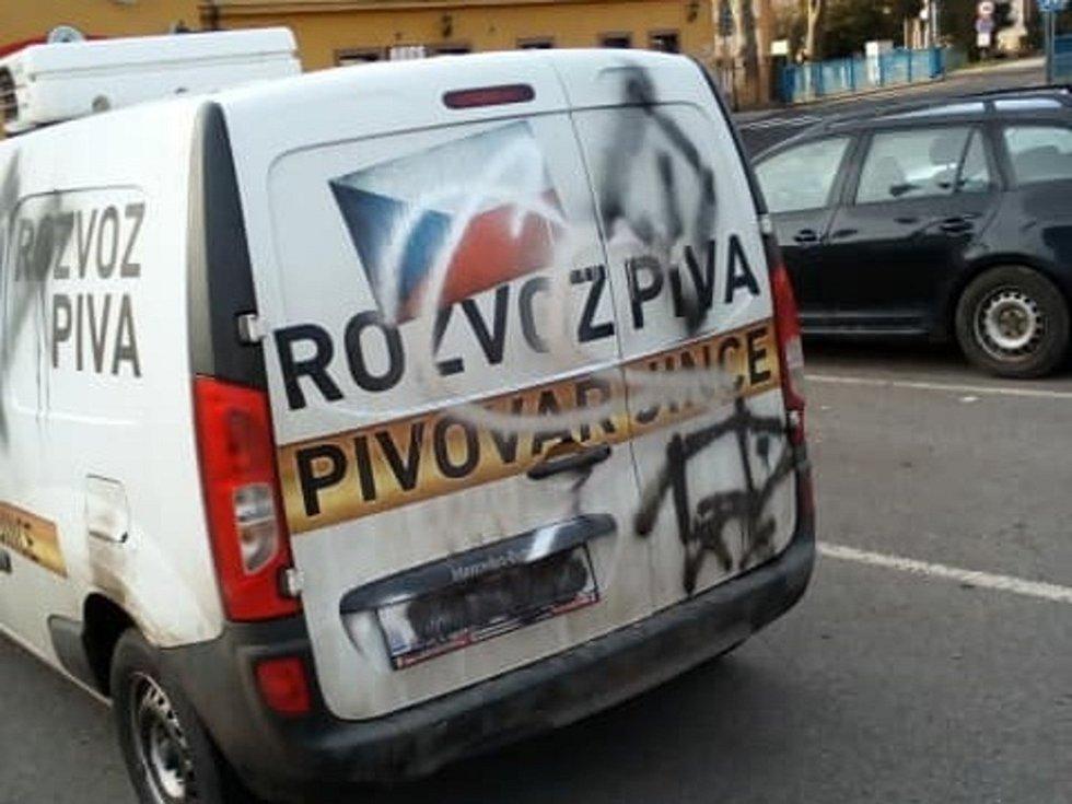 Projev vandalismu v Jincích: posprejované auto pivovaru Malý Janek.