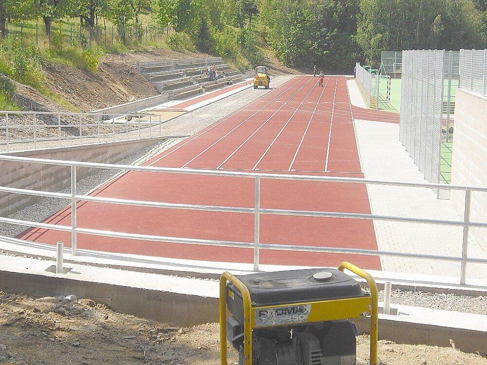 Vrcholící výstavba sportoviště pod Svatou Horou.