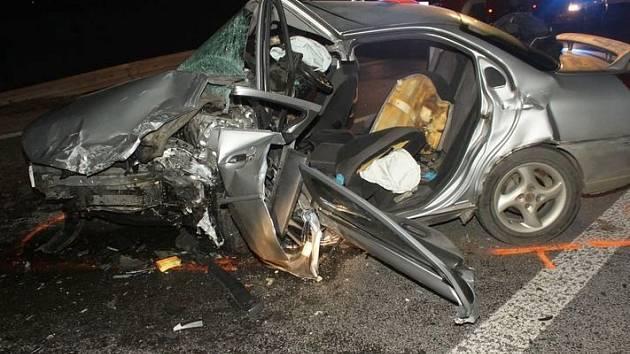 TRAGICKÁ NEHODA 24. listopadu Dubna, kdy došlo k čelnímu střetu vozidel. Řidič vozu na snímku nehodu bohužel nepřežil.