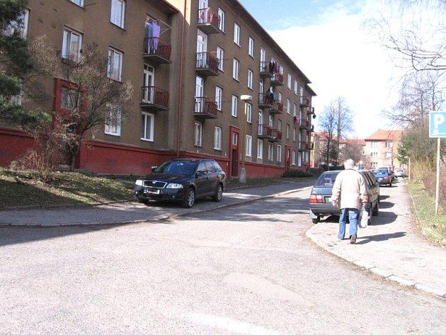 Ostravská ulice v Příbrami se často navečer zaplní auty z obou stran