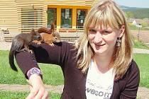 Miloslava Mackeová s veverčáky.