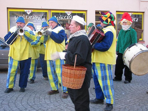 Maškary v Pražské ulici.